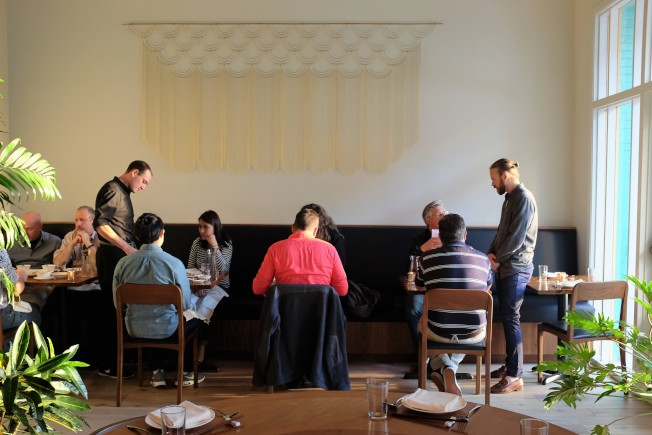 改造過後的餐廳去繁就簡,走簡約典雅風格,有別於一般在中國城裡喜用濃妝艷抺以招攬遊客的中國餐廳路線。