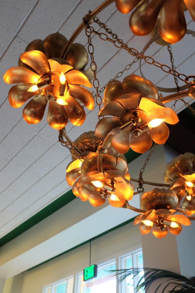 有些「四海酒樓」時期的裝潢,也被特意地留了下來,像是天花板上的金色蓮花燈。