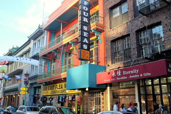餐廳在翻修改造時,把原來在「都板街」的「四海酒樓」門面和歷史性招牌都保留了下來。