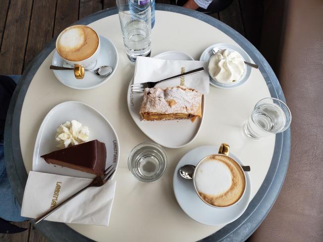 美蘭琪咖啡、沙賀蛋糕和蘋果派。(林良姿.圖片提供)