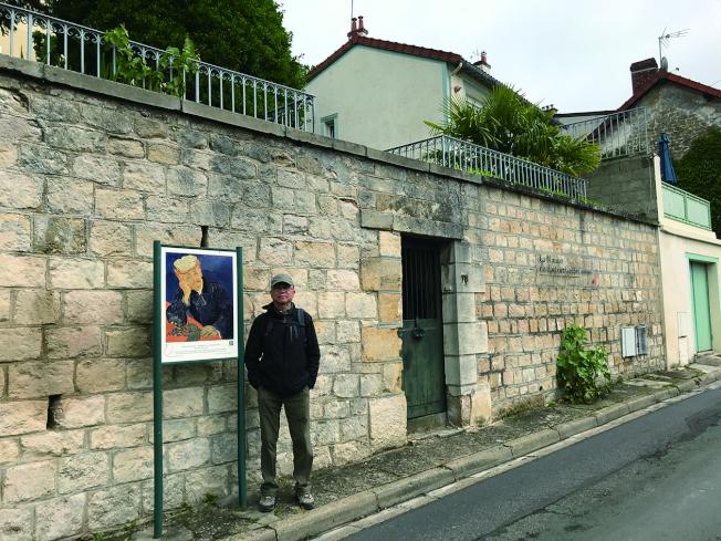 當嘉舍醫生的畫像出現在一堵院牆外邊時,我們知道醫生的故居到了。(沈可平.圖片提供)