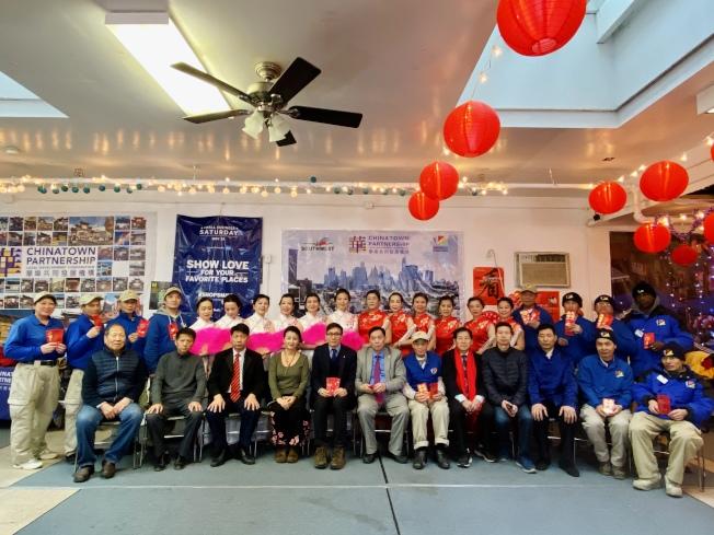 美國福建商會及華埠商業改進區在新春佳節慰問清潔員。(記者鄭怡嫣/攝影)