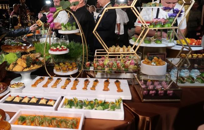 雖以素食為主,但奧斯卡晚宴並未完全忌葷,依然提供迷你漢堡,鮭魚小金人、炸雞塊等。 (記者馬雲/攝影)