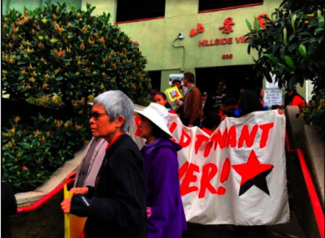 華埠山景園租客抗議漲房租。(記者張越/攝影)