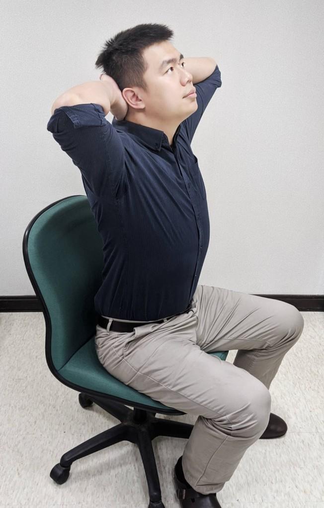 脖子卡卡的 3招趕跑頸部疼痛