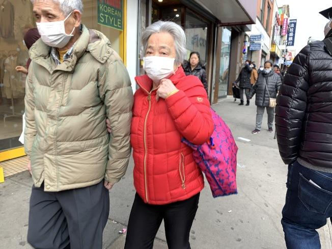 紐約華人社區已有眾多人戴著口罩出行。(本報檔案照)