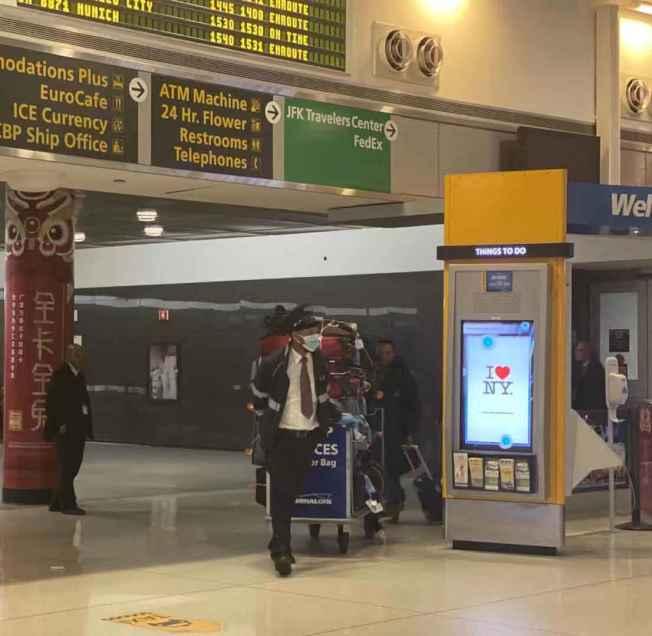 甘迺迪機場1日下午12時23分與1時6分,分別迎來上海與北京的兩批乘客。(記者牟蘭/攝影)