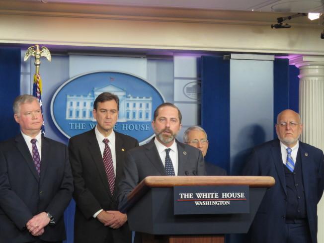美國衛生部長阿查爾(中)率新成立的冠狀病毒小組成員31日在白宮舉行記者會,宣布針對武漢肺炎實施新措施。(華盛頓記者張加/攝影)