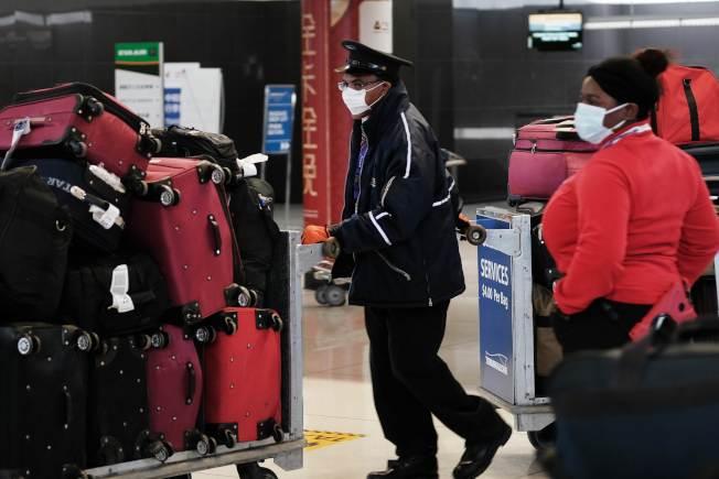 紐約甘迺迪機場的行李員也戴上口罩。(Getty Images)