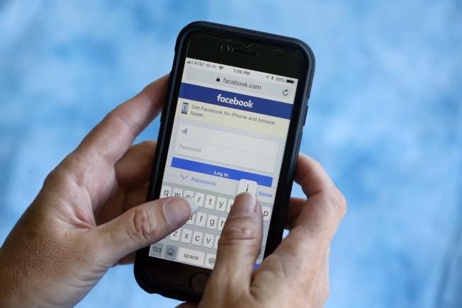 臉書與世衛合作刪除不實的冠狀病毒消息。圖為臉書的手機頁面。(美聯社)