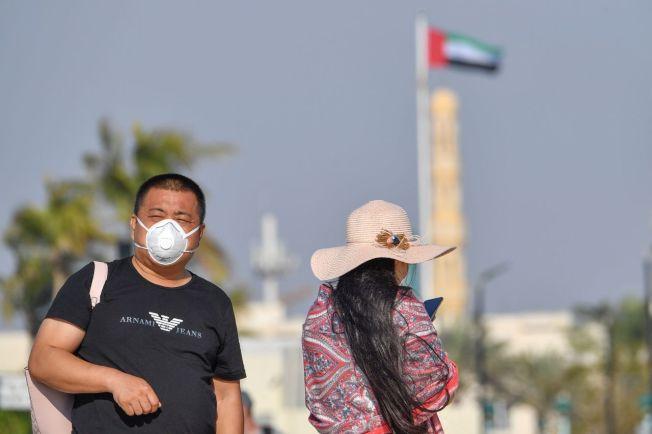 阿聯杜拜街頭戴著口罩的觀光客。圖╱GettyImages