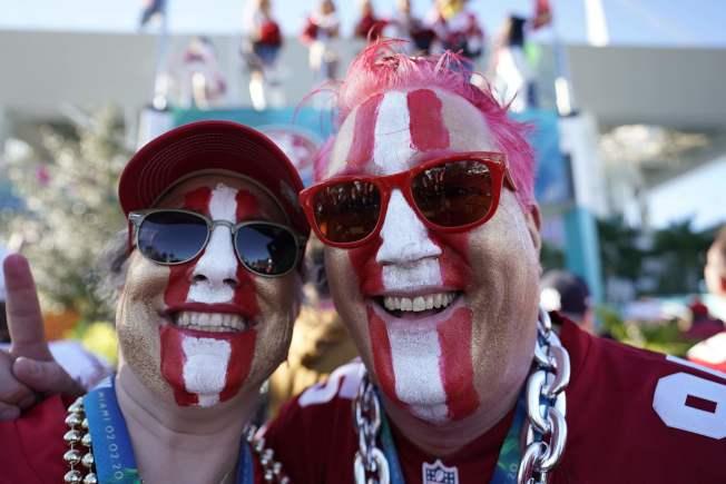 興奮的球迷在臉上彩繪自己支持隊伍的配色。(Getty Images)