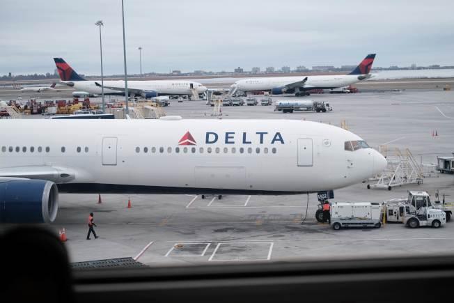 達美航空公司的客機停在紐約甘迺迪國際機場的停機坪上,三大美國航空公司都已取消美中航班。(Getty Images)