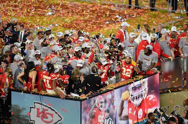 第54屆NFL職業美式足球超級盃2日在邁阿密舉行,堪薩斯市酋長隊上演逆轉好戲,以31:20力克舊金山四九人隊,獲得冠軍。 圖為酋長隊全體上台領獎。(美聯社)