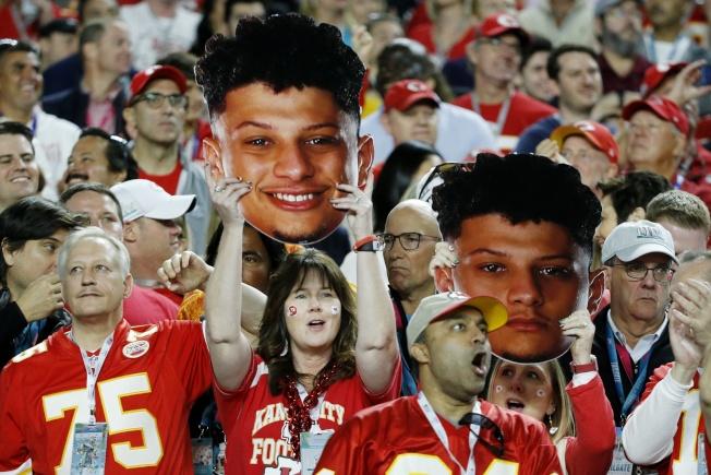 堪薩斯市酋長隊的球迷在場邊賣力加油。(美聯社)