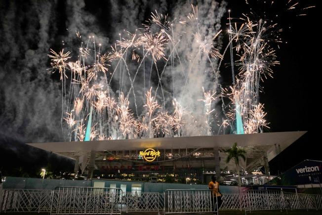 第54屆NFL職業美式足球超級盃2日在邁阿密舉行,賽前的煙火秀熱鬧萬分。(美聯社)