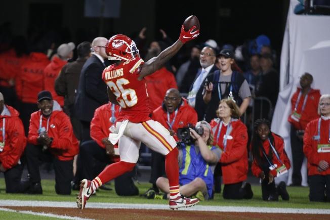 第54屆NFL職業美式足球超級盃2日在邁阿密舉行,堪薩斯市酋長隊上演逆轉好戲,以31:20力克舊金山四九人隊,獲得冠軍。圖為酋長隊球員在場上開心歡舞。(美聯社)