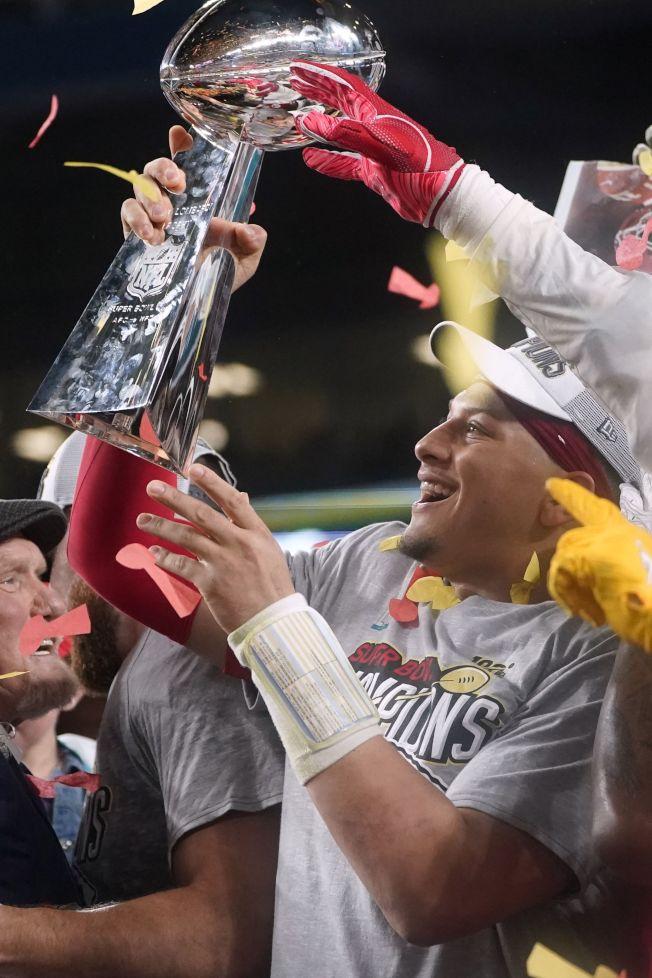 第54屆NFL職業美式足球超級盃2日在邁阿密舉行,堪薩斯市酋長隊上演逆轉好戲,以31:20力克舊金山四九人隊,獲得冠軍。 圖為酋長隊四分衛馬霍姆斯手持超級盃與隊員開心共舞。(美聯社)