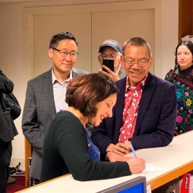 梅義加(前)遞表參選,獲得兩位華裔議員的支持。(取自網絡)