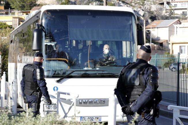 法國撤回的僑民被安排在南法濱海度假小鎮,度過14天隔離期。(歐新社)