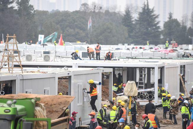 加緊建護的武漢火神山專用醫院即將投入使用,展開抗疫生力軍。(美聯社)