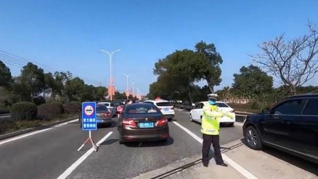 溫州城外高速公路出口處均有檢查站。(視頻截圖)