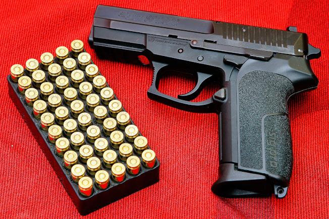 新州控槍「紅旗法」上路,爭議持續。(網路圖片)