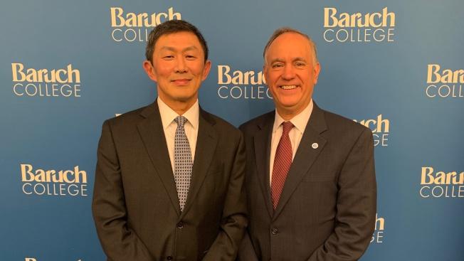 紐約市立大學總校長羅祖格茲(右)3日晚任命吳思永(左)成為勃魯克學院新任華裔校長。(取自羅祖格茲推特)