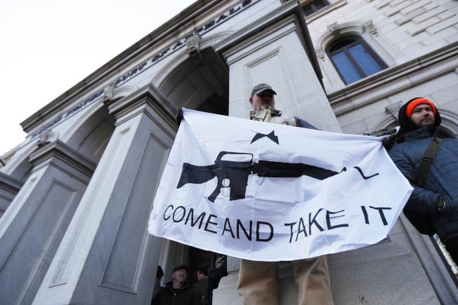 圖為擁槍人士在州府里奇蒙示威。(美聯社)
