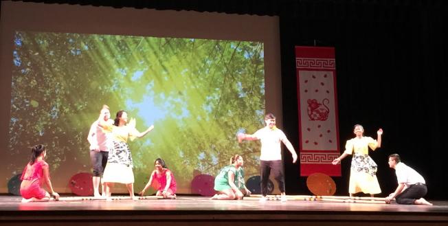 OCPA 2020春節聯歡晚會節目之一UCF菲律賓學生會學生表演竹竿舞。(記者陳文迪/攝影)