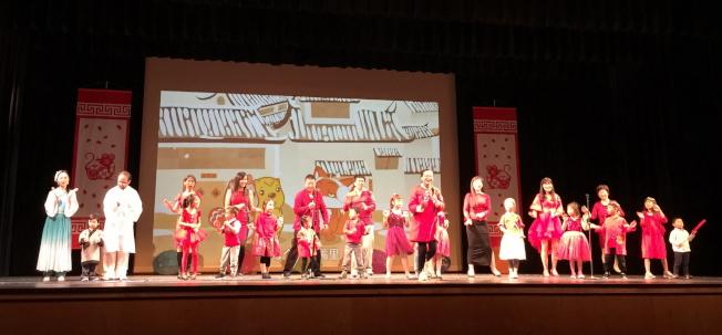 OCPA 2020春節聯歡晚會節目之一 中校學生及家長唱遊新年好。(記者陳文迪/攝影)