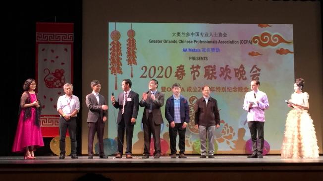 春節聯歡晚會,現任會長高鷹擊(左)與六位歷任會長致詞,分享OCPA成立25年感言。(記者陳文迪╱攝影)
