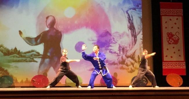 OCPA 2020春節聯歡晚會節目之一 功夫展示,中為峨嵋武術太極學校校長羅禮。(記者陳文迪/攝影)