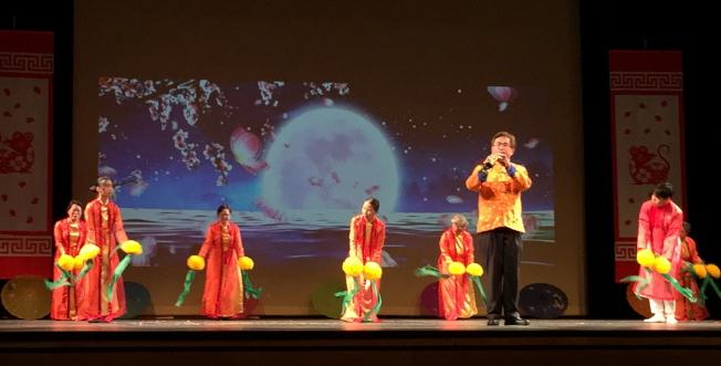 OCPA 2020春節聯歡晚會節目之一歌舞:月亮代表我的心,吹薩克斯風者劉程驥。(記者陳文迪/攝影)