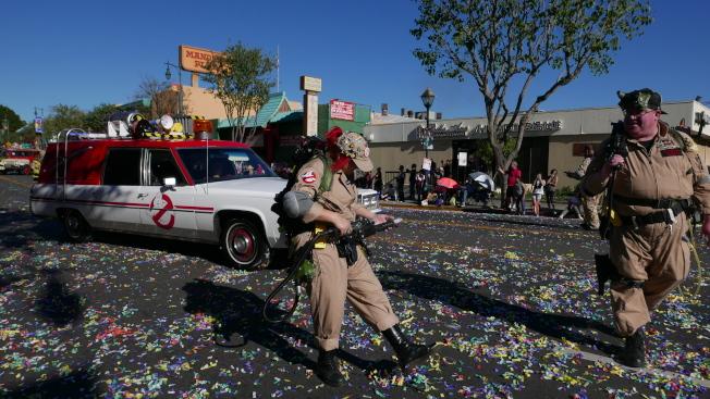 電影複製車包括「侏儸紀公園」、「捉鬼敢死隊」等電影中的車輛,並有演員穿著戲服互動。(記者李雪╱攝影)