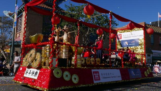 華埠服務中心花車。(記者李雪╱攝影)