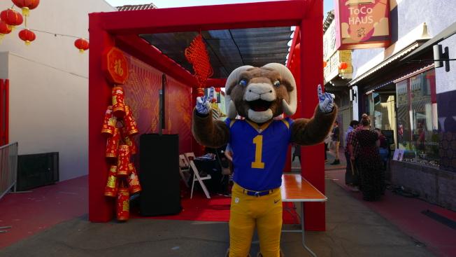 洛杉磯橄欖球公羊隊派出拉拉隊、鼓樂隊和吉祥物和球迷見面互動。(記者李雪╱攝影)