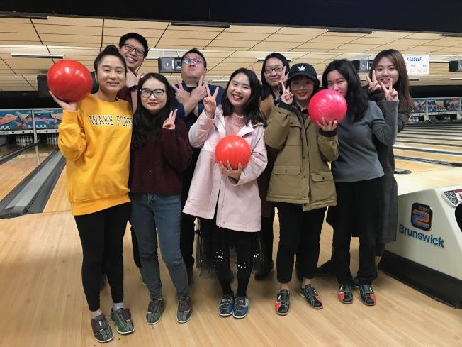 維克森林大學中英口譯與翻譯研究所的學生一起打保齡球。(記者王明心/攝影)