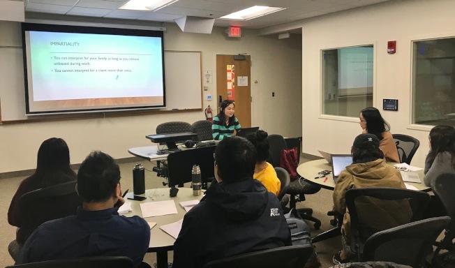 學生在陳西金燕教授的「中英交替口譯」課上,即席翻譯有關總統彈劾的音頻。(記者王明心╱攝影)
