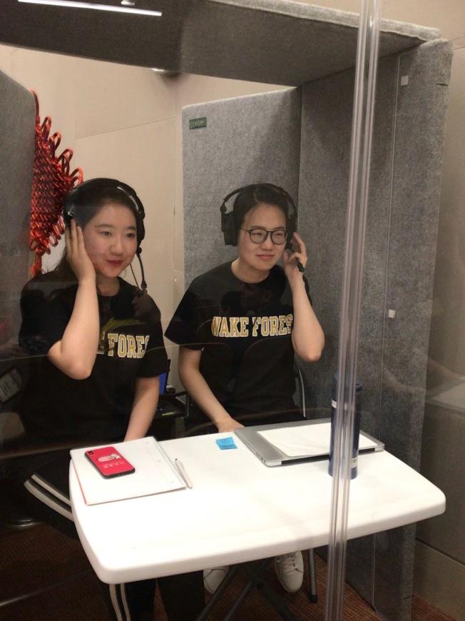 學生在同傳箱內為孔子學院中文演講競賽提供同聲傳譯服務。(記者王明心╱攝影)