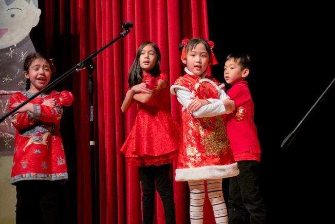普林斯頓中文學校50周年慶藝文表演,學生精心打扮,穿著大紅衣裳上台,顯得喜氣洋洋。(圖:主辦單位提供)