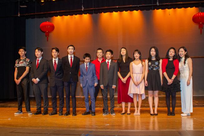 普林斯頓中文學校50周年慶藝文表演,節目由盛裝出席的十年級學生助教串場主持。(圖:主辦單位提供)