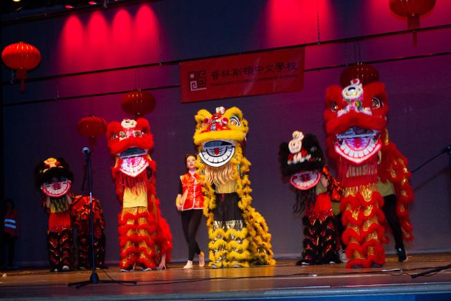 普林斯頓中文學校50周年慶藝文表演,開場的舞獅表演,神采奕奕,搭配出色。(圖:主辦單位提供)