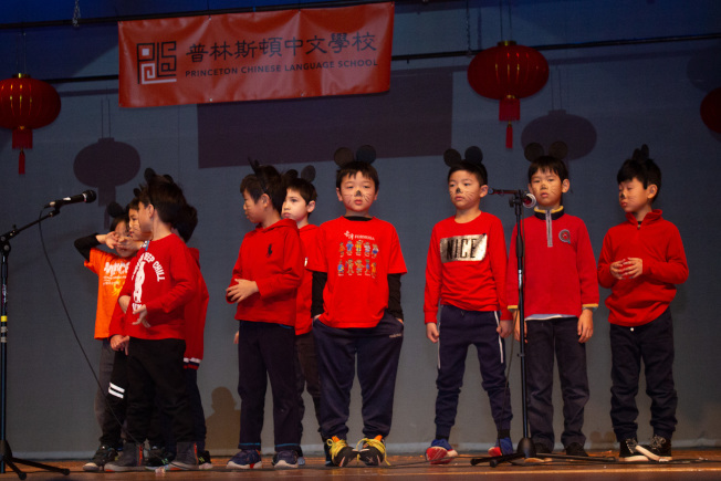 普林斯頓中文學校50周年慶藝文表演,學生戴上米老鼠頭箍,祝賀鼠年行大運。(圖:主辦單位提供)