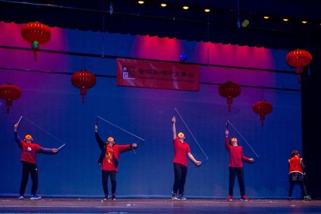 普林斯頓中文學校50周年慶藝文表演,名揚新州的扯鈴團隊表演,訓練有素,陣容整齊。(圖:主辦單位提供)