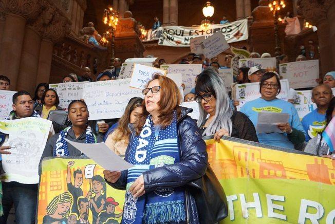 數百移民到州府示威,呼籲新一年州議會通過、州長簽署系列保護移民相關法案。(造路紐約提供)