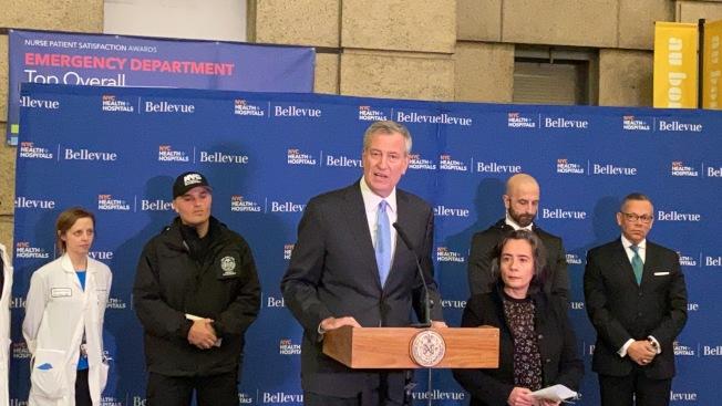本月1日白思豪(讲话者)与卫生局局长宣布,纽约市第一起疑似病例已排除新冠肺炎。(记者金春香/摄影)