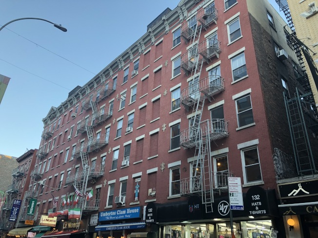位於小義大利的Mulberry街132-138號的公寓有高達9.2的租房評分,兩室一廳的單位每月租金6500元起跳。(記者顏潔恩/攝影)