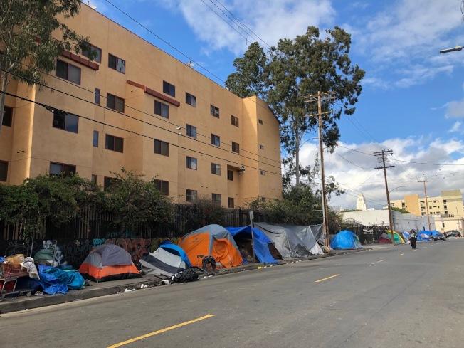 洛杉磯遊民多達數萬人,洛市市中心放眼望去,盡是遊民的帳篷,景象驚人。(記者胡清揚/攝影)