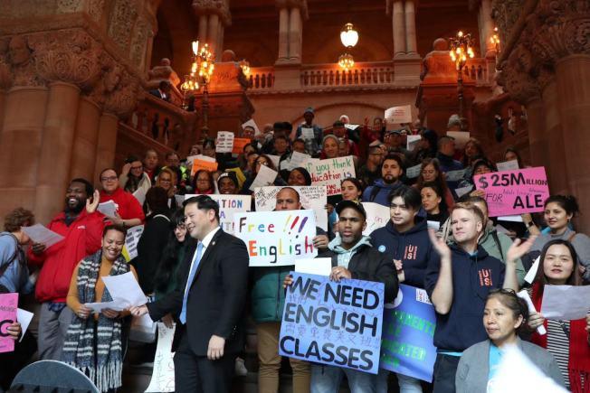 紐約成人識字掃盲聯盟與多個非營利成人英文教育機構學生,日前至州府請願,呼籲增加2021財年的成人英文教育預算。(主辦方提供)